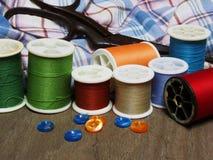 Outils et couture de couture sur le vieux fond en bois Photos stock