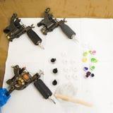 Outils et encres de tatouage. Image libre de droits