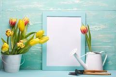 Outils et fleurs de jardinage Photo libre de droits