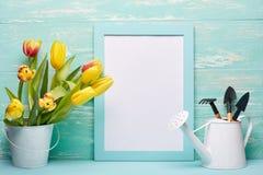 Outils et fleurs de jardinage Image stock