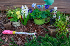 Outils et fleurs de jardinage extérieurs Image stock