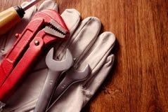 Outils et gants sur le Tableau avec l'espace de copie sur la droite Photos stock