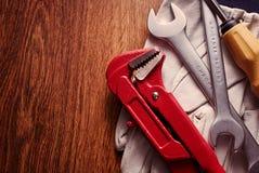 Outils et gants sur le Tableau avec l'espace de copie sur la gauche Photographie stock libre de droits