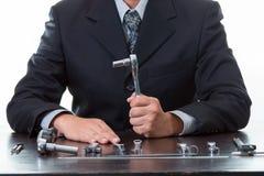 Outils et ingénieur mécanicien travaillant avec beaucoup serrant la clé Photo libre de droits