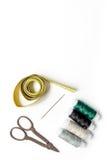 Outils et kit de couture pour la collection de passe-temps sur la maquette blanche de vue supérieure de fond Image libre de droits
