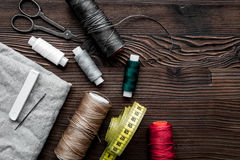 Outils et kit de couture pour la collection de passe-temps sur la maquette en bois de vue supérieure de fond Photographie stock