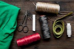 Outils et kit de couture pour la collection de passe-temps sur la vue supérieure de fond en bois Photographie stock