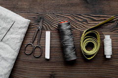 Outils et kit de couture pour la collection de passe-temps sur la vue supérieure de fond en bois Photos stock