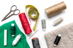 Outils et kit de couture pour la collection de passe-temps sur le modèle blanc de vue supérieure de fond Photo stock