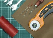 Outils et matériaux pour le travail avec le cuir véritable images stock