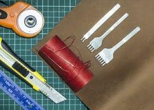 Outils et matériaux pour le travail avec le cuir véritable image stock