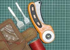 Outils et matériaux pour le travail avec le cuir véritable photographie stock