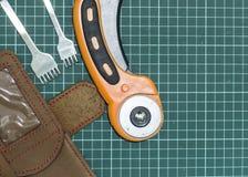 Outils et matériaux pour le travail avec le cuir véritable photos libres de droits