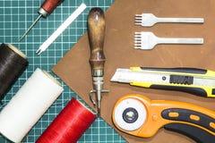 Outils et matériaux pour le travail avec le cuir véritable image libre de droits