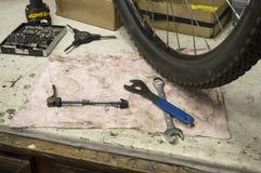 Outils et pièces pour la réparation d'une bicyclette Photo stock