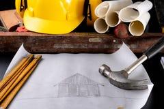 Outils et projet pour un charpentier sur une table d'atelier Accessoires pour un ouvrier de fabrication photo stock