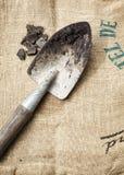 Outils et sol de jardinage sur le fond de sac Photos libres de droits