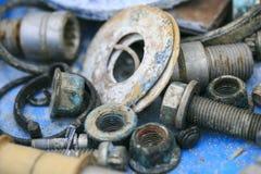 Outils et vis vieux et d'oxyde photographie stock
