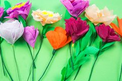 Outils faisant à crêpe les fleurs de papier fond vert photo libre de droits