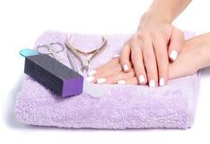 Outils femelles de manucure de mains de serviette image stock