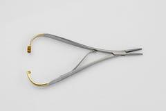 Outils fondamentaux de dentiste sur le blanc photos stock