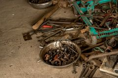 Outils gras sur le plancher en béton sale - boîte à outils huileuse de cru image stock