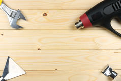 Outils industriels sur le fond en bois clair avec l'espace de copie Vue supérieure texture d'outils Photo stock