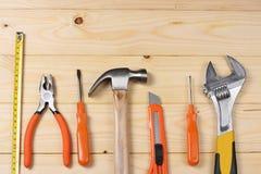 Outils industriels sur le fond en bois clair avec l'espace de copie Vue supérieure texture d'outils Photographie stock
