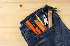 Outils industriels sur le fond en bois clair avec l'espace de copie Vue supérieure texture d'outils Images stock