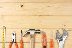 Outils industriels sur le fond en bois clair avec l'espace de copie Vue supérieure texture d'outils Photos libres de droits