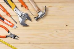 Outils industriels sur le fond en bois clair avec l'espace de copie Vue supérieure texture d'outils Images libres de droits