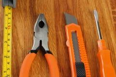 Outils industriels sur le fond en bois clair avec l'espace de copie Vue supérieure texture d'outils Image libre de droits