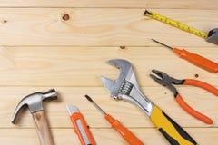 Outils industriels sur le fond en bois clair avec l'espace de copie Vue supérieure texture d'outils Photos stock