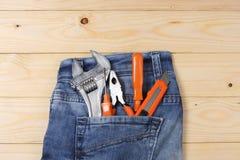 Outils industriels sur le fond en bois clair avec l'espace de copie Vue supérieure texture d'outils Image stock
