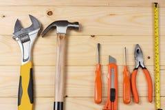 Outils industriels sur le fond en bois clair avec l'espace de copie Vue supérieure texture d'outils Photo libre de droits