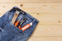 Outils industriels sur le fond en bois clair avec l'espace de copie Vue supérieure texture d'outils Photographie stock libre de droits
