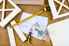 Outils, instructions et détails pour des meubles d'assemblée photographie stock libre de droits