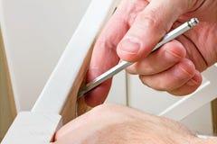 Outils, instructions et détails pour des meubles d'assemblée, mains d'homme photo libre de droits