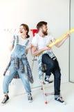 Outils joyeux heureux de travail de participation de couples et amusement de avoir Images libres de droits
