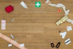 Outils médicaux de premiers secours sur le Tableau Photo libre de droits