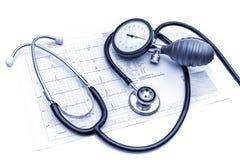Outils médicaux se trouvant sur ECG Photo stock