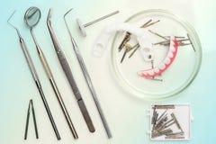 Outils m?dicaux dentaires, ?quipement de dentiste : miroir stomatologique, dents fausses et burs dentaires utilis?s en verre de b image stock