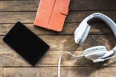 Outils modernes de communication électronique sur un plancher en bois photographie stock libre de droits