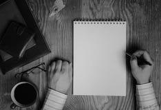 Outils monochromes d'écriture de papier de carnet Photo libre de droits