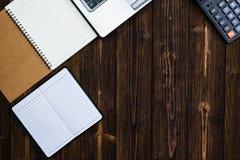Outils ou articles essentiels de fournitures de bureau ou de travail de bureau sur le woode Image libre de droits
