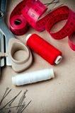 Outils pour coudre et fabriqué à la main Images stock