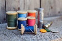 Outils pour coudre et fabriqué à la main Photographie stock libre de droits
