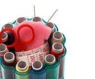 Outils pour des ciseaux et le ruban métrique de fil de couture Photographie stock libre de droits