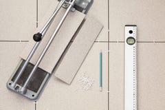 Outils pour installer le plancher de tuiles photographie stock