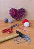 Outils pour l'ouvrage dans l'art de ficelle de montant sur la table en bois Images stock